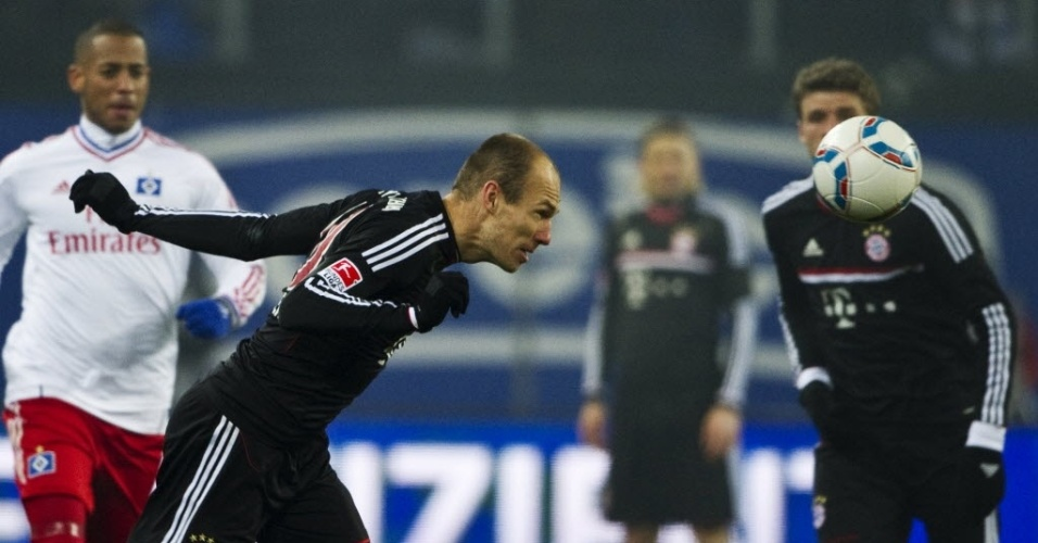 Robben cabeceia durante a partida do Bayern de Munique e Hamburgo pelo Campeonato Alemão (04/02/2012)