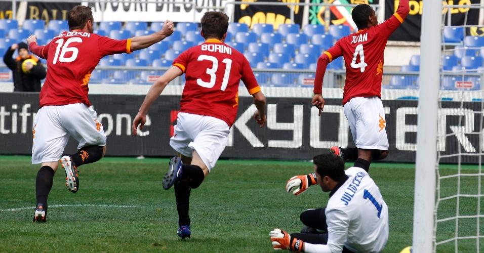 Juan comemora seu gol no goleiro Júlio César na vitória da Roma por 4 a 0 (5/2/2012)