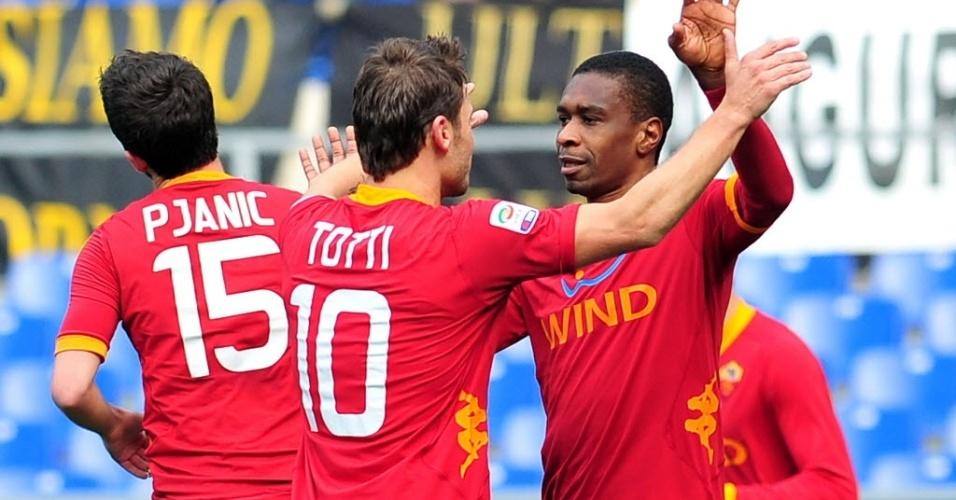 Juan e Totti comemoram gol marcado pelo brasileiro na partida entre Roma e Inter de Milão pelo Campeonato Italiano (05/02/2012)