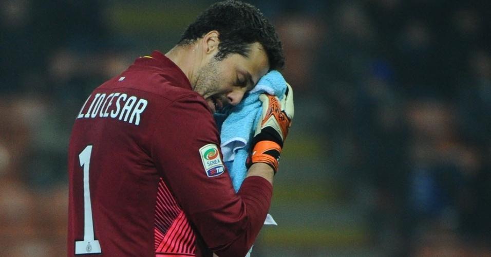 Julio Cesar lamenta gol sofrido em partida da Inter contra a Udinese (03/12/2011)