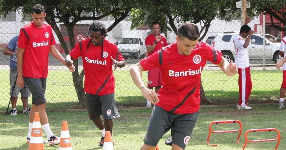 D'Alessandro (d), Tinga (c) e Fransérgio com o novo uniforme de treino do Internacional (06/02/2012)