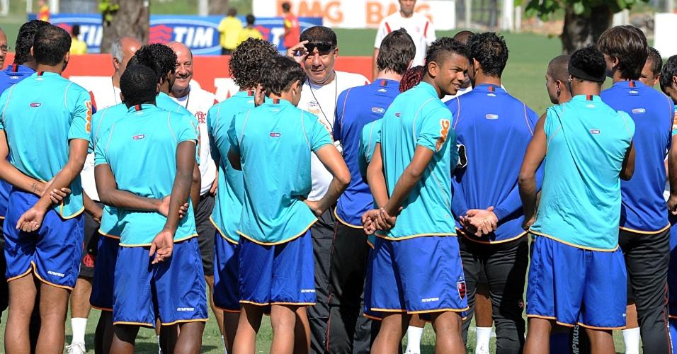 Joel Santana arranca risada dos jogadores no primeiro treino pelo Flamengo