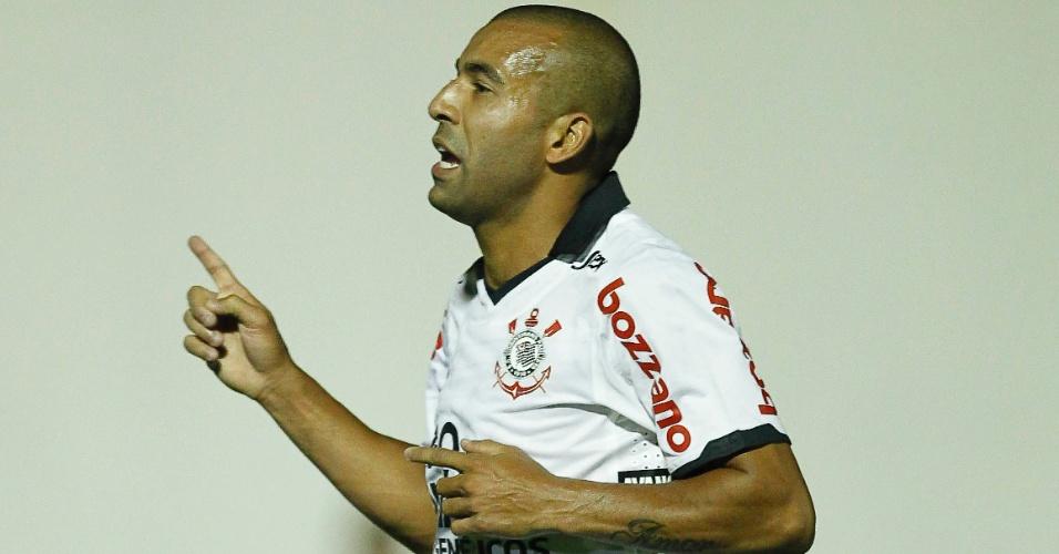 Emerson comemora seu gol marcado contra o Mogi Mirim