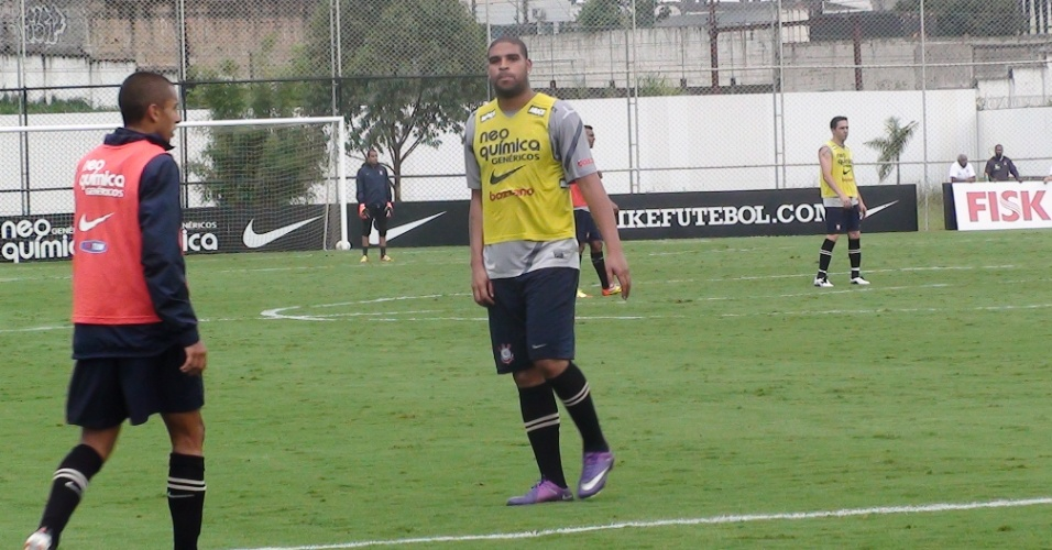 Adriano enfim vai bem durante o treino coletivo, dá piques e marca três gols