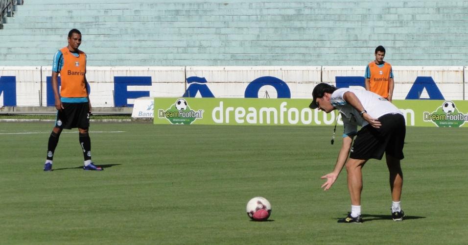 Gilberto Silva observa as instruções do técnico Caio Júnior do Grêmio em um treino (10/02/2012)