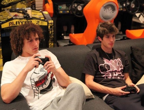Lucas Piazon joga videogame com David Luiz
