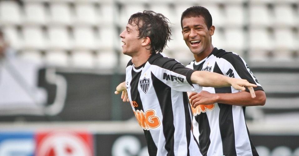 Bernard comemora o gol em cobrança de falta no jogo Atlético e Caldense