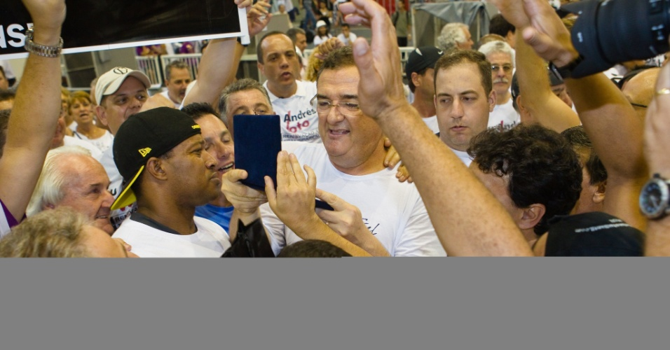 Mario Gobbi, novo presidente do Corinthians, logo após o anúncio da eleição (11/02/2012)