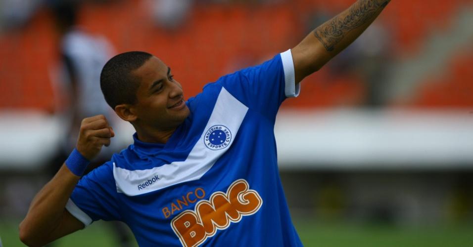 Wellington Paulista comemora o gol marcado pelo Cruzeiro contra o Tupi, pelo Campeonato Mineiro (12/02/2012)