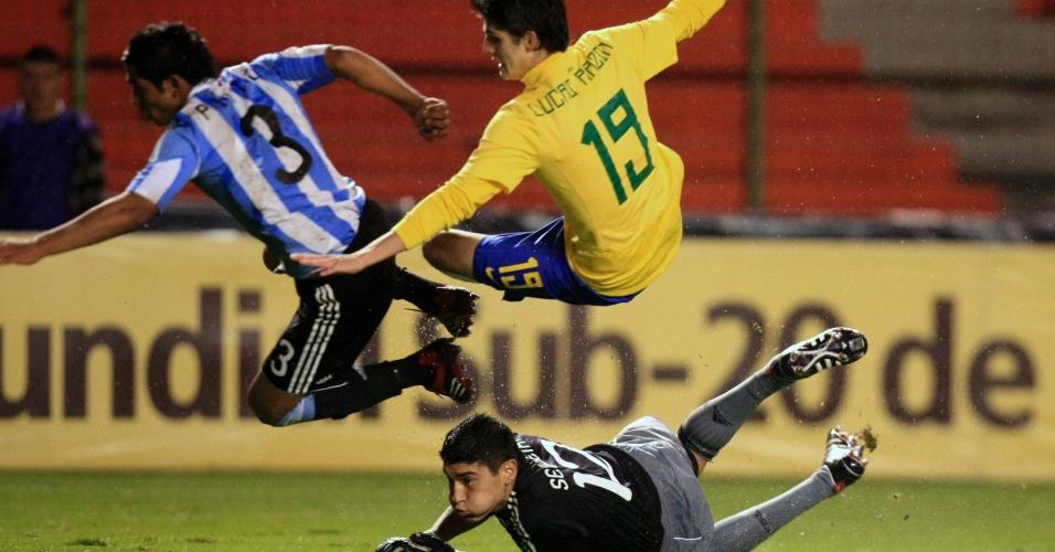 O meia-atacante Lucas Piazon em ação pela seleção brasileira durante o Sul-Americano sub-17, de 2011