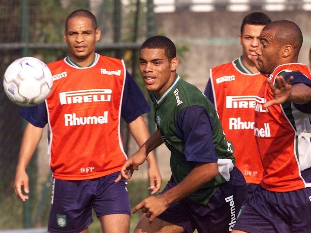 O meia Lopes, pelo Palmeiras