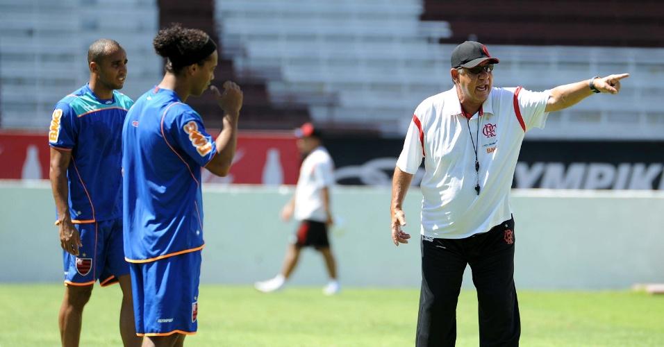 Joel Santana conversa com Ronaldinho e Deivid durante treino do Flamengo na Argentina (14/02/2012)