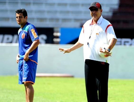 Joel Santana orienta o posicionamento do time do Fla durante treino em Buenos Aires