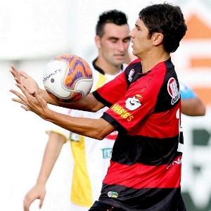Lúcio Flávio, do Vitória, disputa lance durante partida contra o Criciuma, no Barradão, pela Série B 2011 (12/11/2011)
