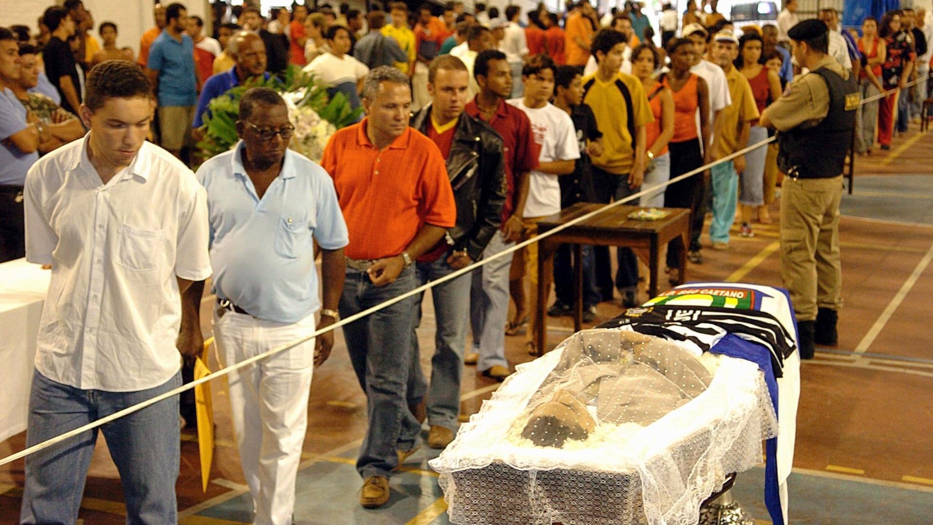 Corpo de Serginho é velado em Minas Gerais; jogador do São Caetano sofreu um mal súbito em campo e morreu em 27/10/2004
