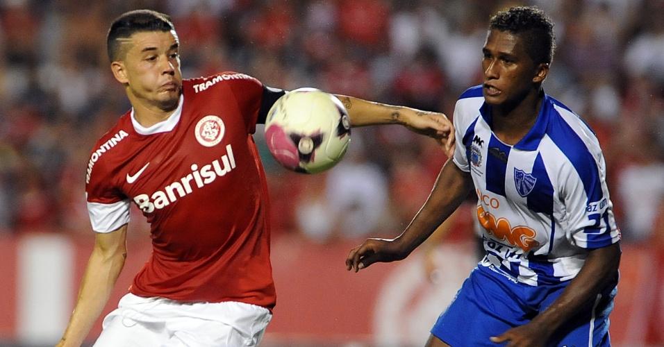 Meia D'Alessandro disputa a bola durante jogo do Inter contra o Cruzeiro-RS (15/02/12)