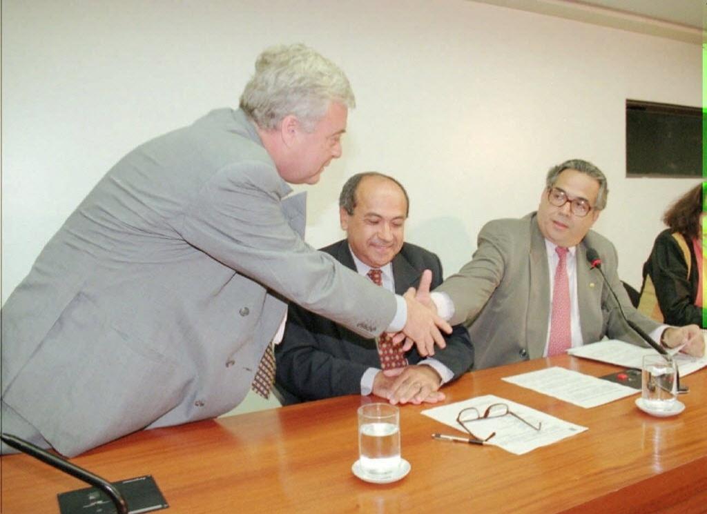 Ricardo Teixeira e Eurico Miranda se cumprimentam