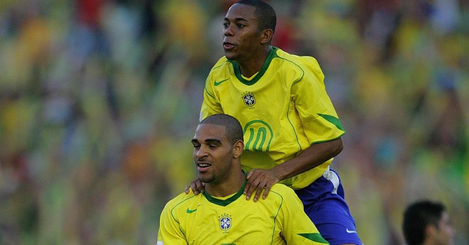 Adriano e Robinho comemoram gol pela seleção brasileira em 2005