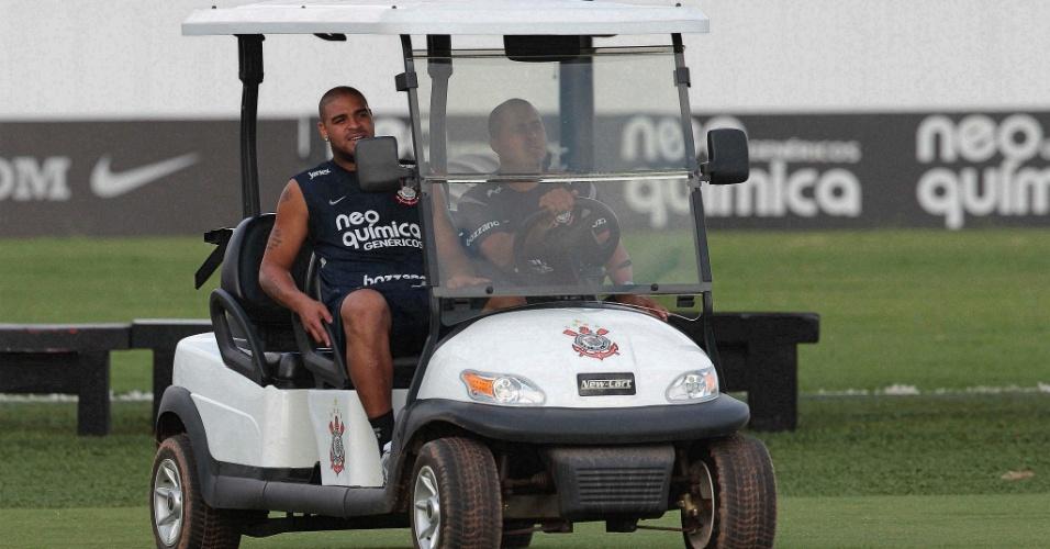 Adriano pega carona no carrinho do CT Joaquim Grava durante treinamento