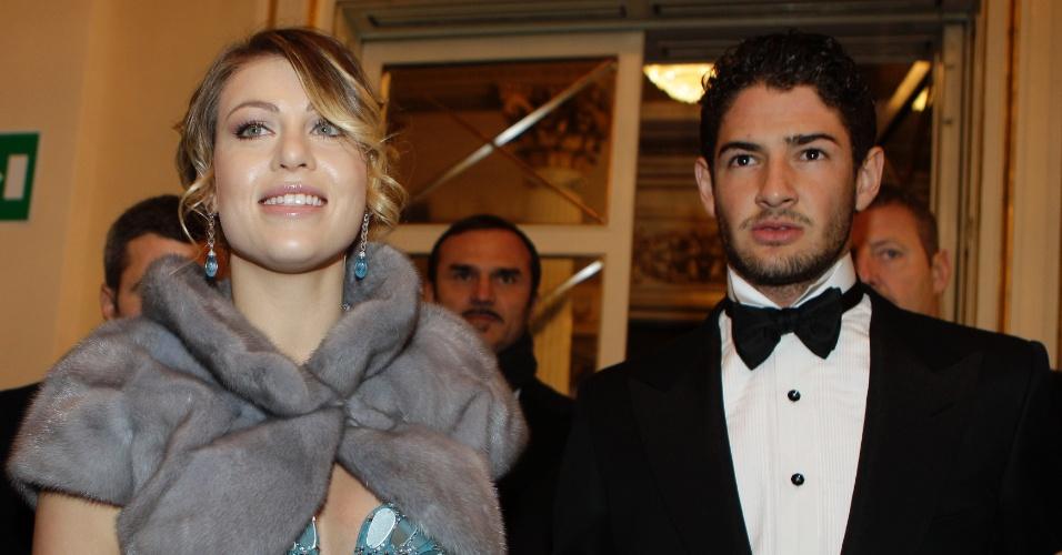 Barbara Berlusconi (e) e Alexandre Pato chegam a evento em Milão (07/12/2011)