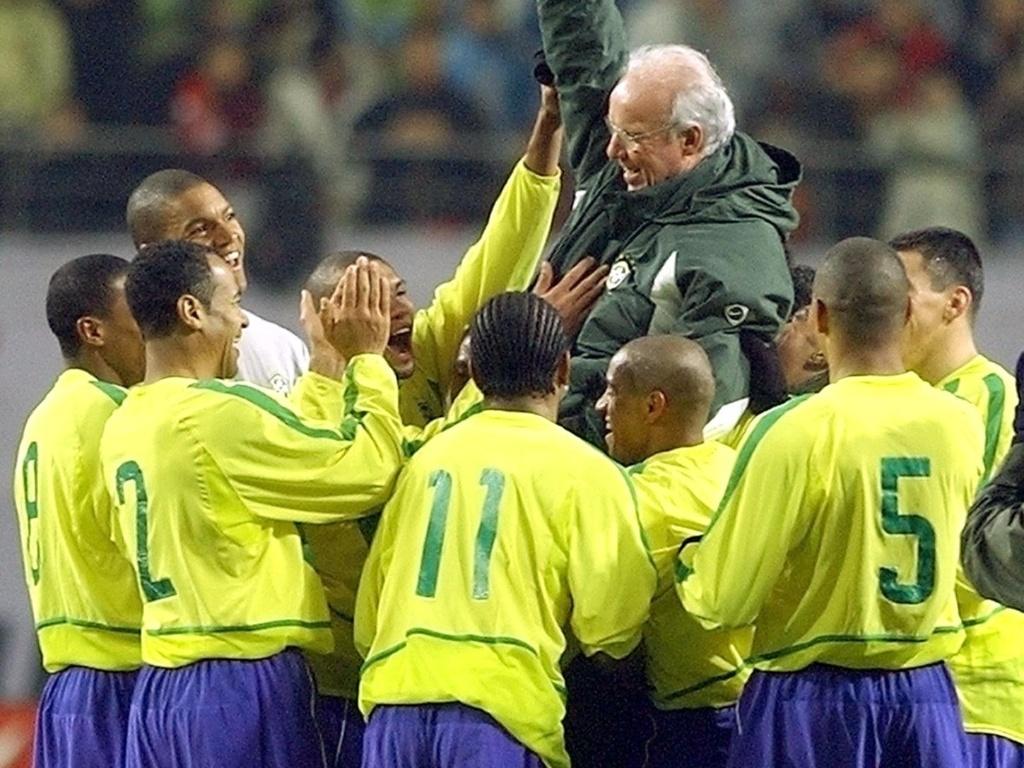 Jogadores da seleção brasileira festejam Zagallo na despedida do técnico (20/11/2002)