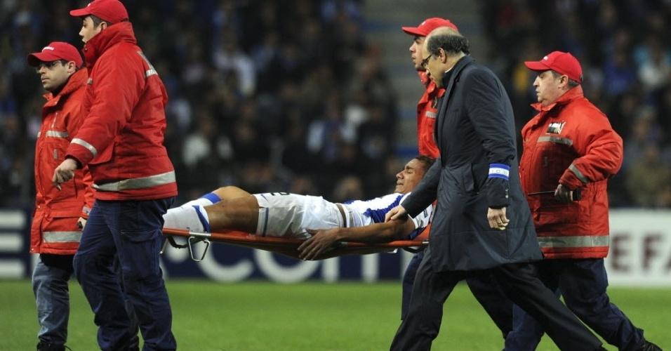 Danilo deixa o campo chorando após lesão grave no joelho