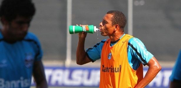 Gilberto Silva tenta se refrescar em treinamento do Grêmio no Passo D'Areia