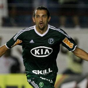 Hernán Barcos comemora segundo gol do Palmeiras na partida contra o Guaratinguetá