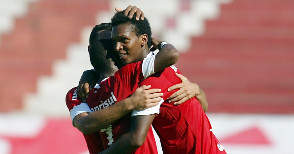 Centroavante Jô comemora gol com os companheiros do Inter na partida contra o Pelotas (18/02/2012)