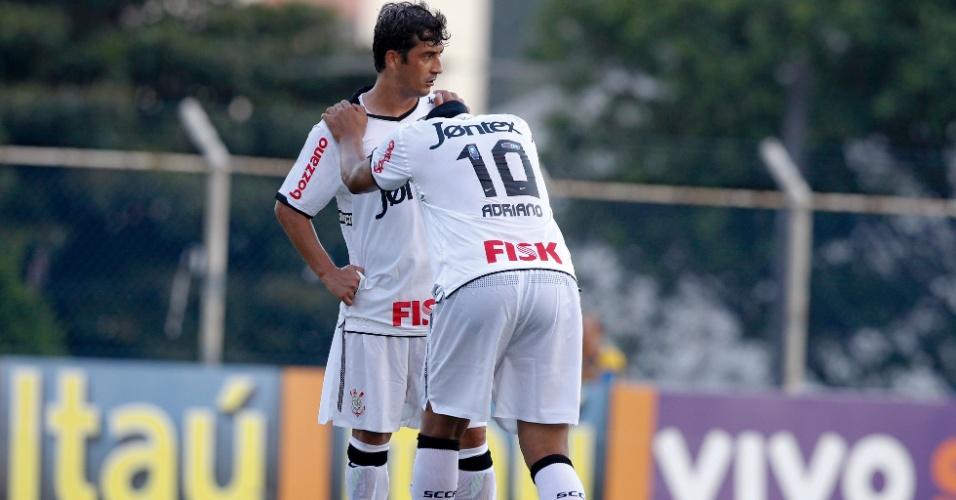 Douglas e Adriano realizam alongamento antes da partida entre Corinthians e São Caetano (18/02/12)