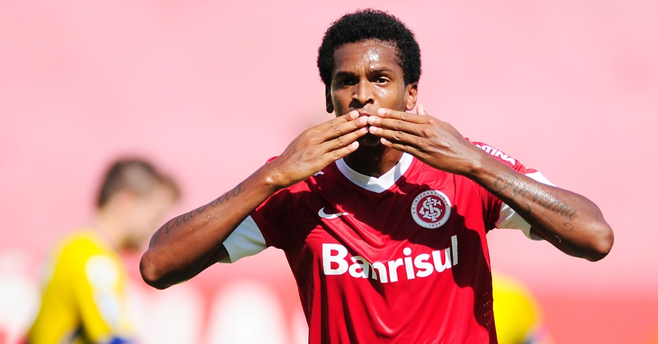 Centroavante Jô comemora gol do Inter na partida contra o Pelotas no estádio Beira-Rio pelo Gauchão (18/02/2012)