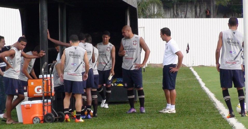 Adriano bebe água durante treinamento na segunda-feira de Carnaval (20/2/2012)