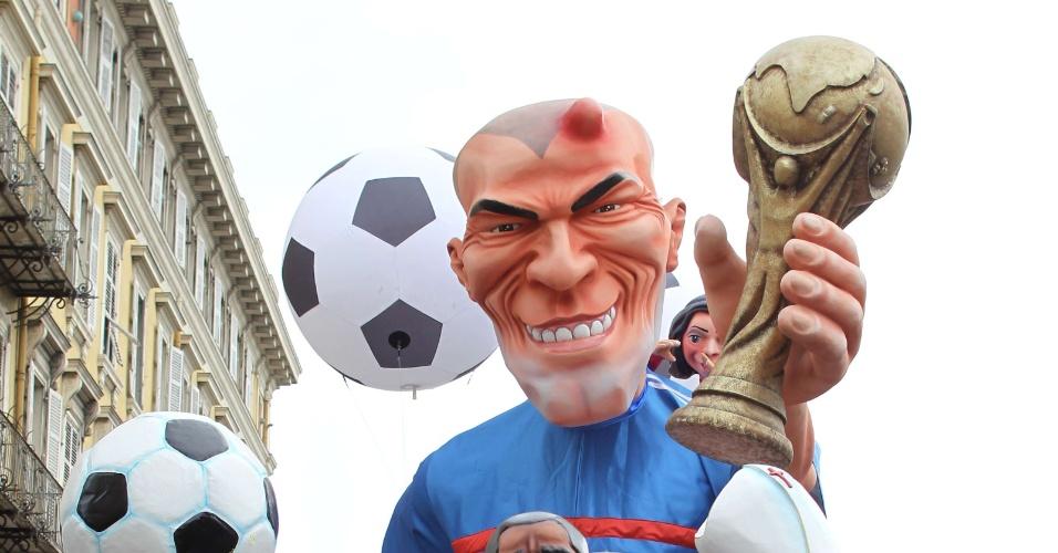 Carro alegórico que faz alusão ao craque Francês Zinedine Zidane, até com galo na cabeça
