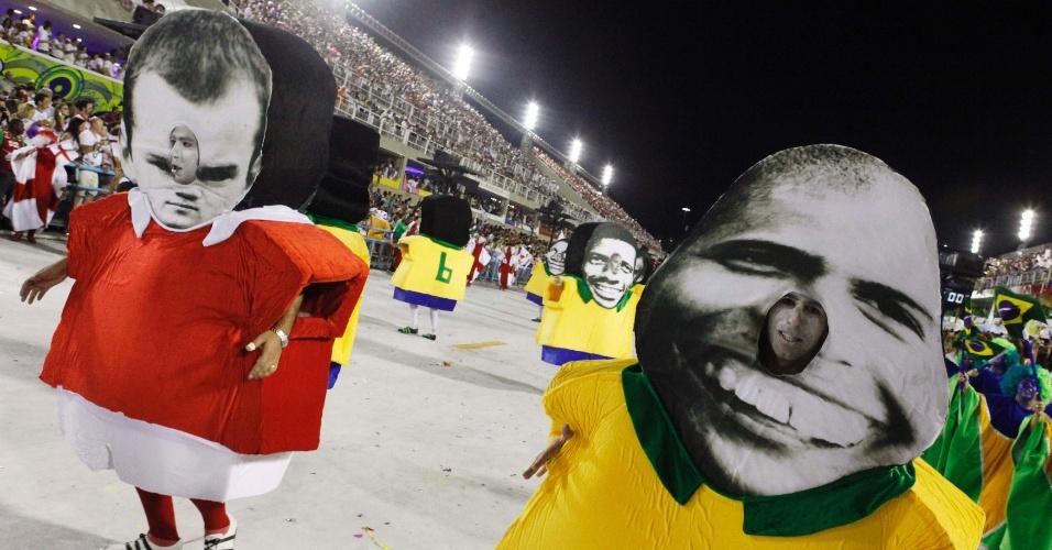 Detalhe da ala dos jogadores, do desfile da União da Ilha, no Rio, que retratou craques da Inglaterra e do Brasil