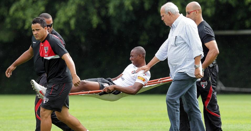 Wellington é carregado de maca após se machucar no treino do São Paulo
