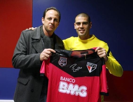 O goleiro Rogério Ceni dá camisa para Victor Valdés, do Barcelona