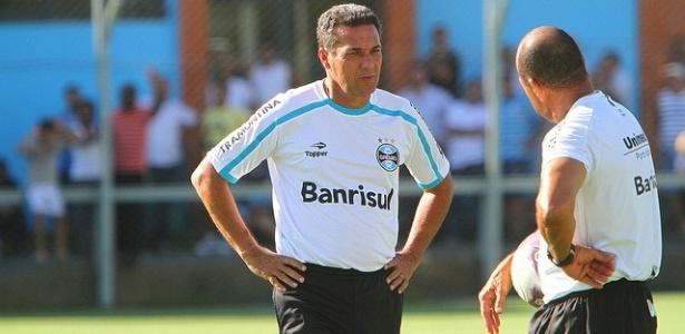 Luxemburgo conversa com Paulo Paixão em primeiro treinamento pelo Grêmio (23/02/2012)