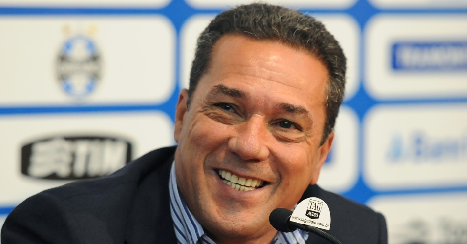 Luxemburgo sorri em apresentação como treinador do Grêmio (23/02/2012)