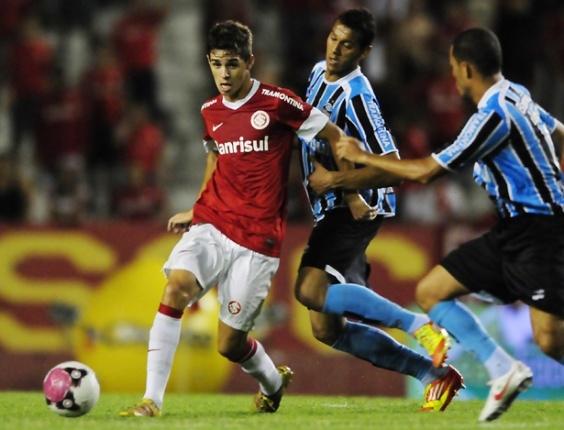 Oscar divide bola com marcadores do Grêmio em clássico Gre-Nal