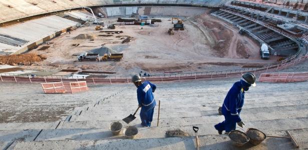 Operários trabalham no Castelão, o estádio mais adiantado para a Copa de 2014