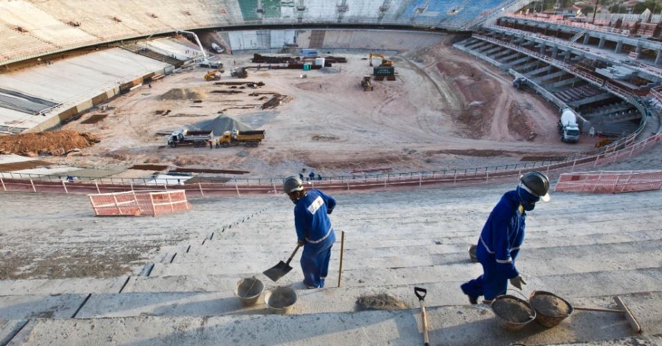 Operários trabalham na reforma do estadio Castelão, em Fortaleza (CE), que será uma das 12 sedes da Copa do Mundo 2014