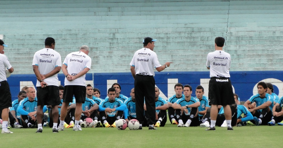 Vanderlei Luxemburgo conversa com os jogadores do Grêmio antes da viagem para Caxias (25/02/2012)