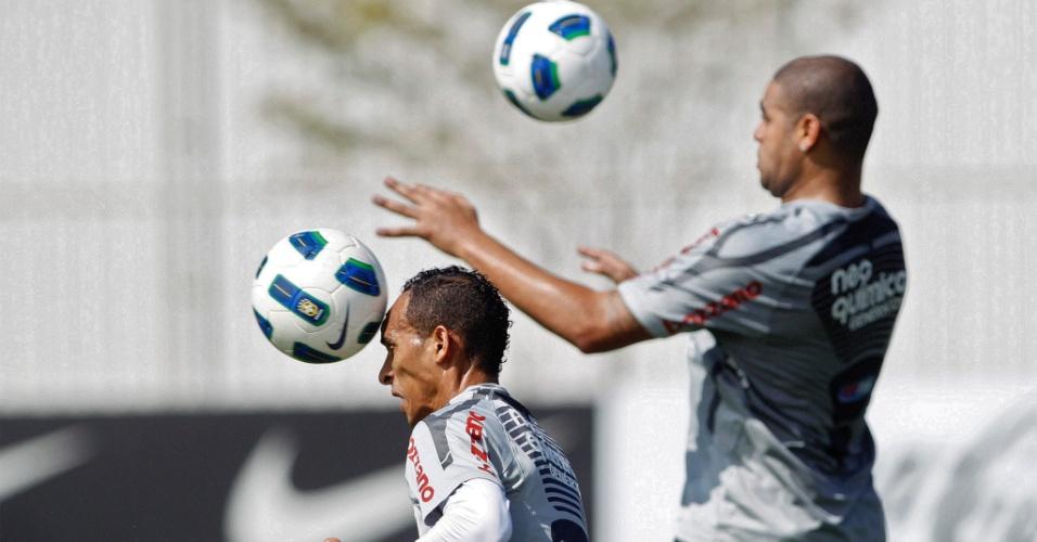 Liedson e Adriano treinam cabeceio durante treino do Corinthians (6/8/2011)