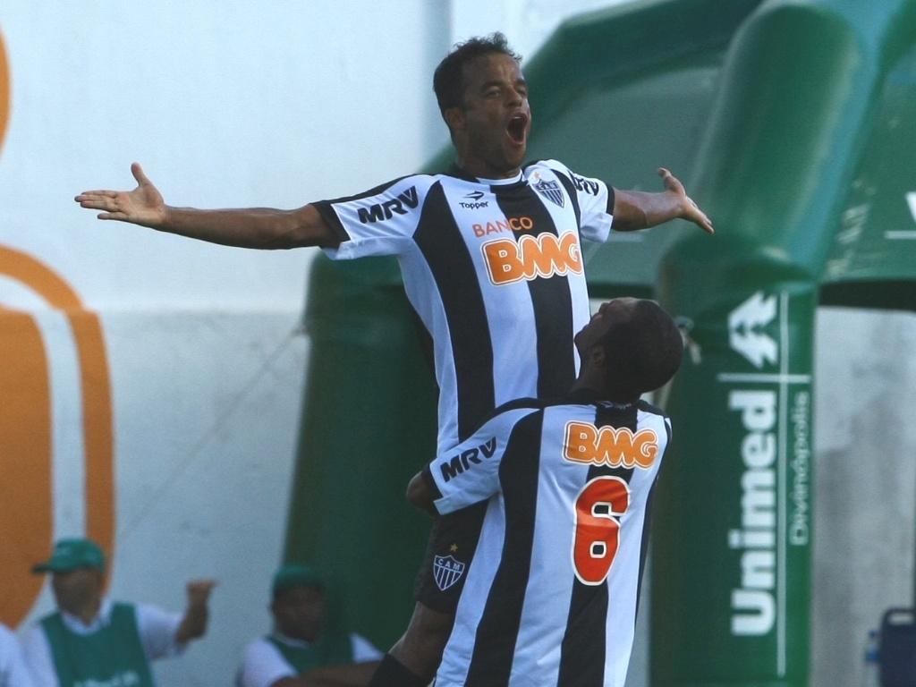 Mancini (e) comemora ao marcar pelo Atlético-MG contra o Guarani-MG pelo Campeonato Mineiro