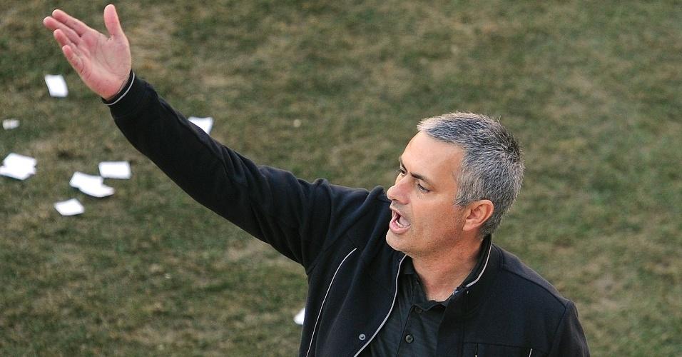 O técnico do Real Madrid, José Mourinho, durante partida contra o Rayo Vallecano (26/02/2012)