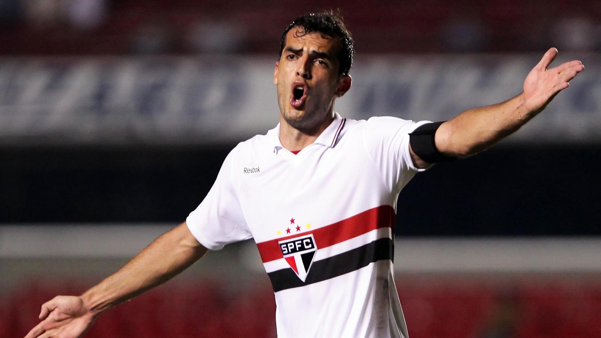 O zagueiro Rhodolfo reclama durante jogo do São Paulo