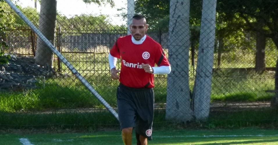 Volante Guiñazu corre após se recuperar de torção no joelho esquerdo (28/02/12)