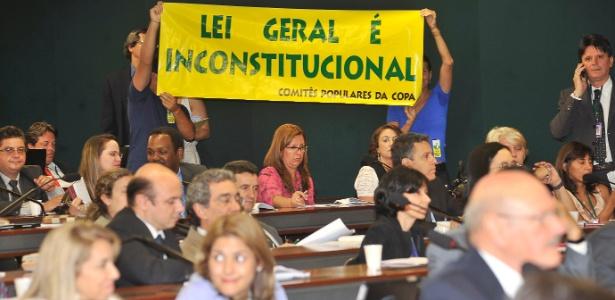 Manifestante protestam em debate sobre Lei Geral da Copa. Regras passam a valer agora