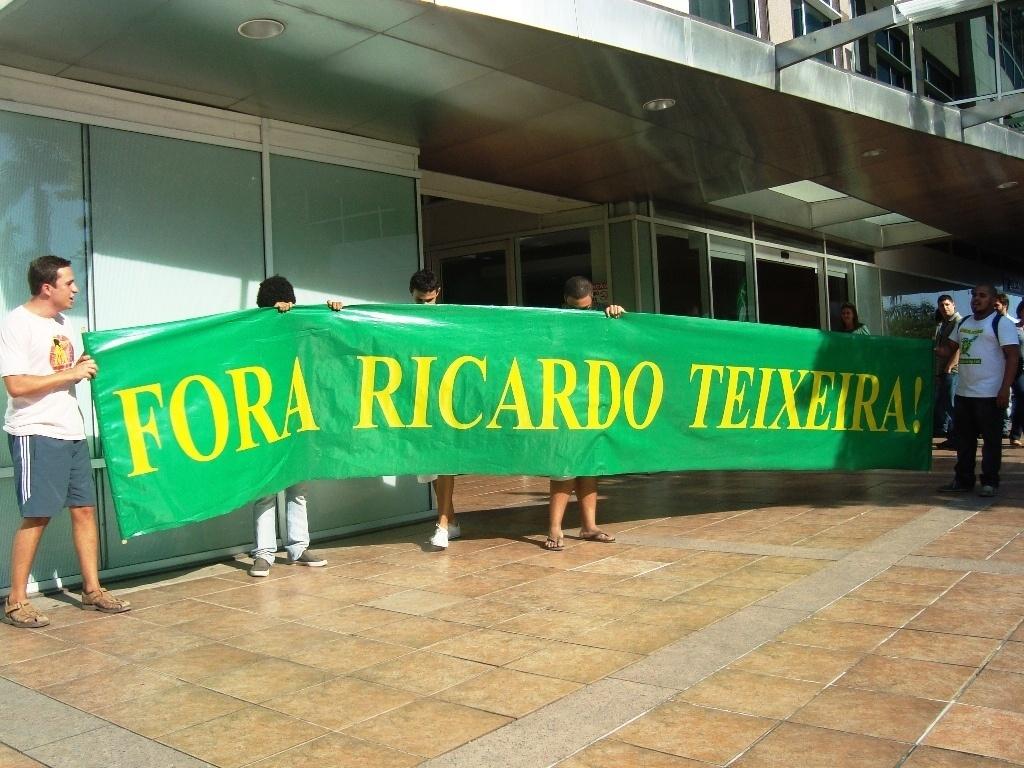 Torcedores pedem saída de Ricardo Teixeira da presidência da CBF em frente à entidade
