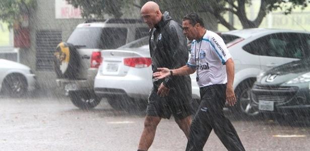Vanderlei Luxemburgo foge da chuva em treinamento do Grêmio (29/02/2012)